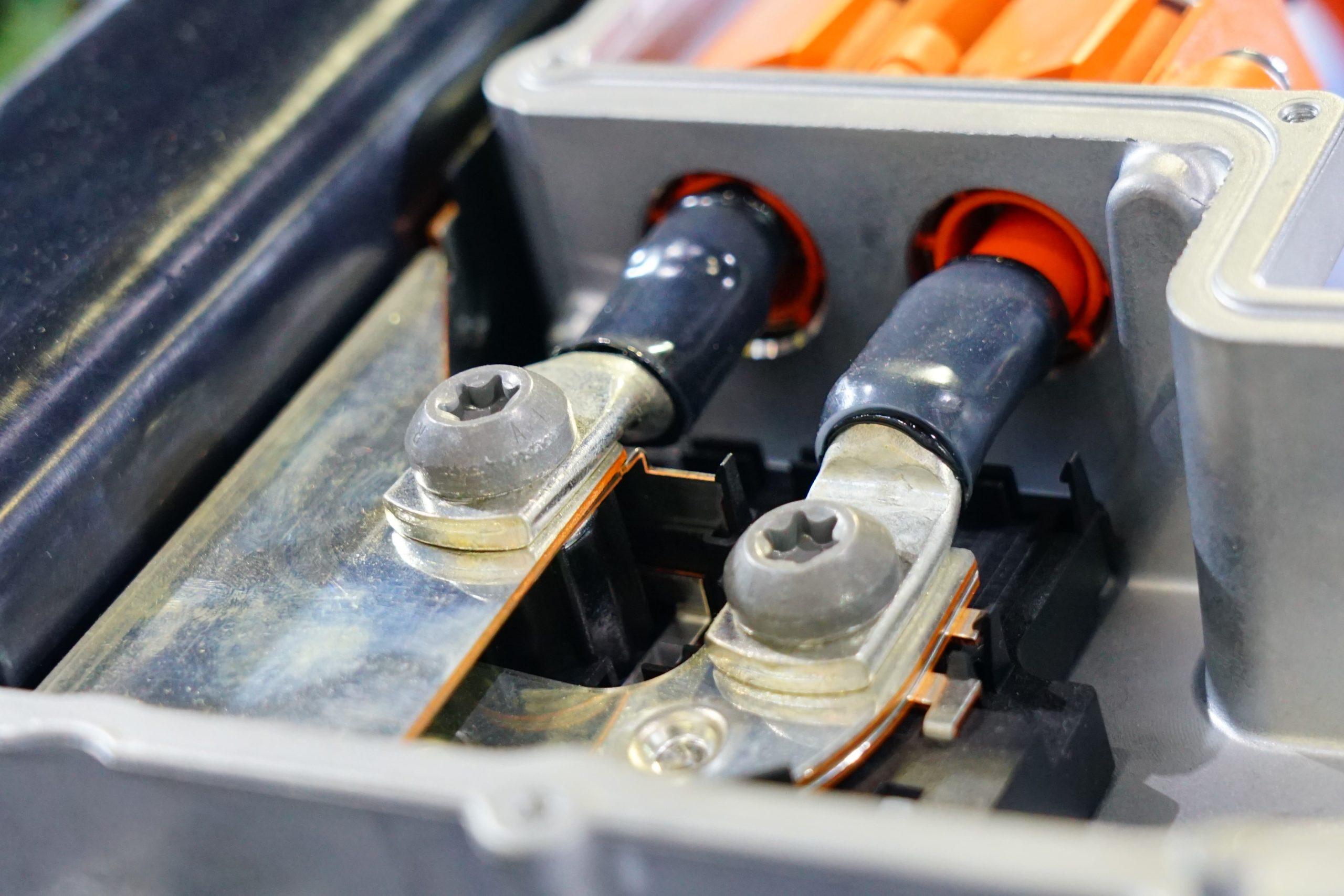 Elektroautomotor mit versilberten Stromanschlusssteckern.